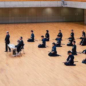 Die knienden Schüler und die Distanz zum Lehrer verdeutlicht die starke Hierarchie in traditionellem Training.