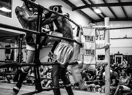 Ein Muay Thai-Kampf im Ring. Das Duell schult sowohl sportliche, als auch allgemeine kämpferische Fähigkeiten.