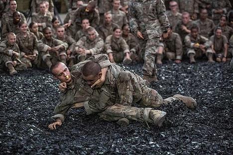 Soldaten üben den Bodenkampf, aber es könnte sowohl sportliches, als auch realitätsbasiertes Training sein.
