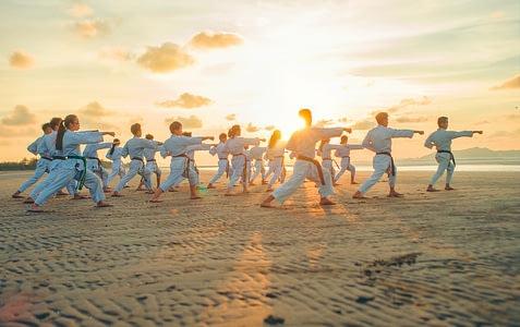 Kata ist eine Standardübung vom Kampfkünsten. Eine festgelegte Choreografie ist jedoch ein gutes Training für den Ernstfall.