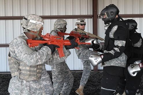 Militärisches Einsatztraining mit Teamtaktiken, Waffeneinsatz, Rollenspielen und mit Gegendruck.