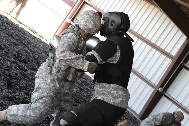 Das Bild zeigt militärisches Einsatztraining, aber die gezeigte Übung könnte auch ziviles Combatives-Training sein.